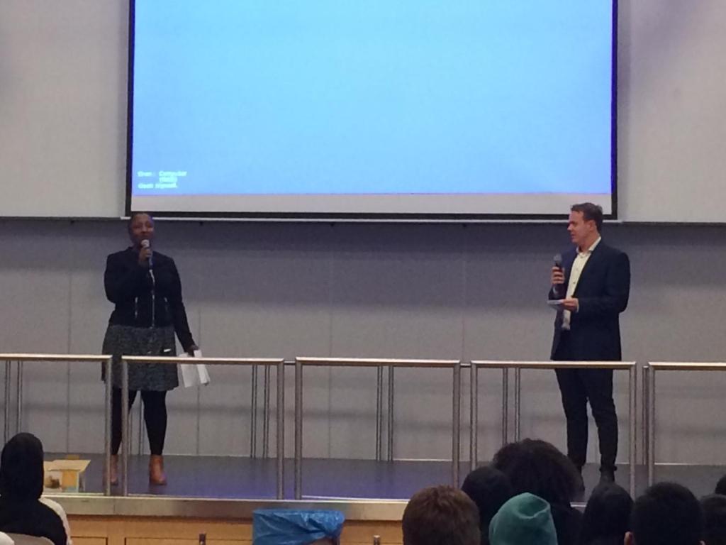 Mevrouw Dahir en meneer Waalwijk op het podium tijdens de comedy-act.